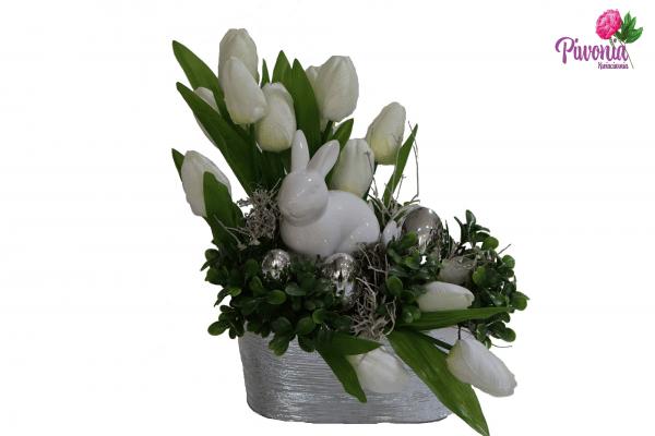 Królik w tulipanach